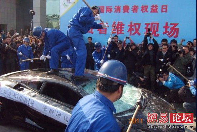 Lamborghini Gallardo Destroyed In China To Protest Bad Service [VIDEO]
